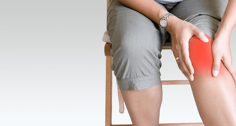 При инфекции на костите и ставите болката е силна, появява се зачервяване, оток на мястото на инфекцията, увеличават се температурата и лимфните възли